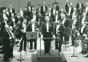 Andrzej Panufnik acknowledges applause following the world premiere of his Symphony no. 10 in February 1990