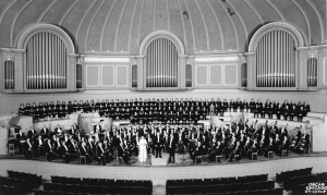 The Chicago Symphony Orchestra and Chorus onstage in March 1959. Also pictured is chorus director Margaret Hillis, music director Fritz Reiner, and associate conductor Walter Hendl.