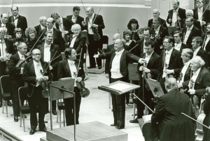 Carlos Kleiber and the Orchestra acknowledge applause following a performance of Brahms's Symphony no. 2 on June 3, 1983
