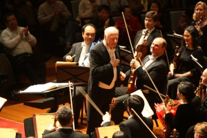 Haitink and the Orchestra onstage in Beijing on February 14, 2009 (Todd Rosenberg photo)